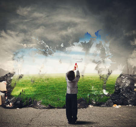 mundo contaminado: Niño con la creatividad limpia el entorno natural