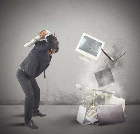 Geschäftsmann gestresst von der Arbeit bricht Computern