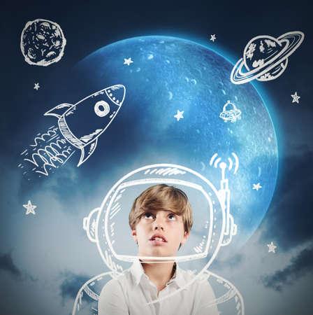 Kindertagträume und spielt um Astronaut zu sein