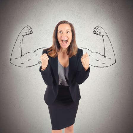 Businesswoman se agit de succès avec la force intérieure Banque d'images