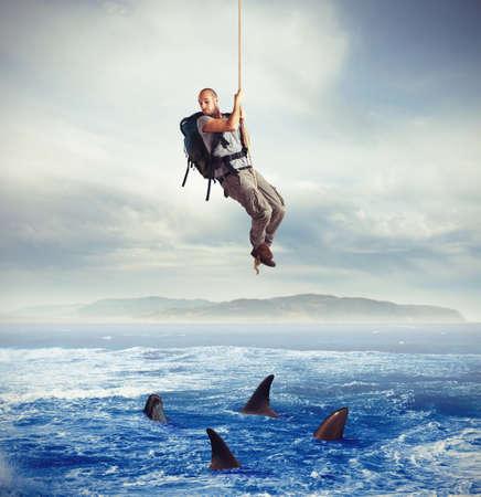 Explorer effrayé par des requins affamés sous lui Banque d'images - 37863059
