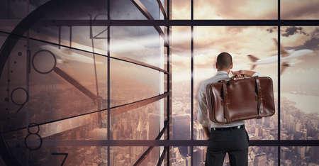 relaxes: De negocios muy ocupado relaja mirando vista