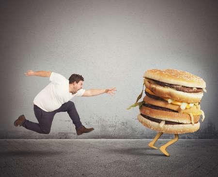 personne en colere: Insatiable homme de graisse dure prises en sandwich Banque d'images