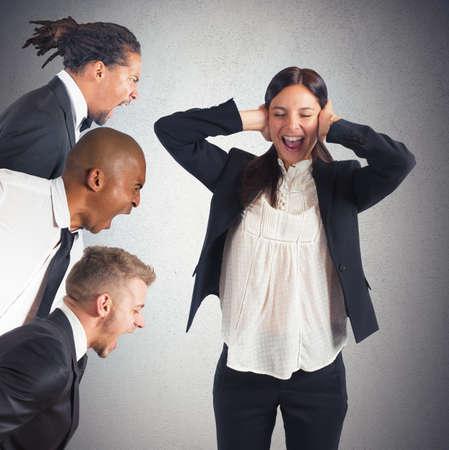 desconfianza: Empresaria cansado de oír los gritos de los líderes Foto de archivo