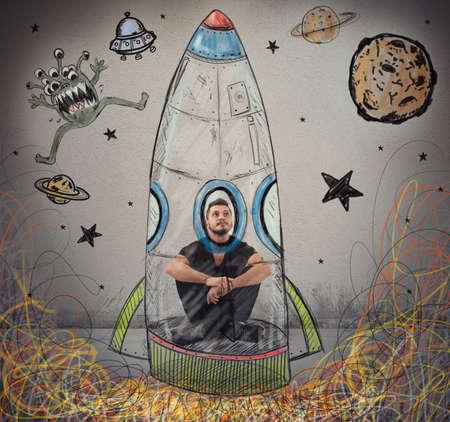 astronauta: El hombre se imagina a sí mismo como un astronauta