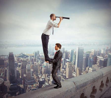 lejos: Gente de negocios trabajando juntos para mirar más allá de Foto de archivo