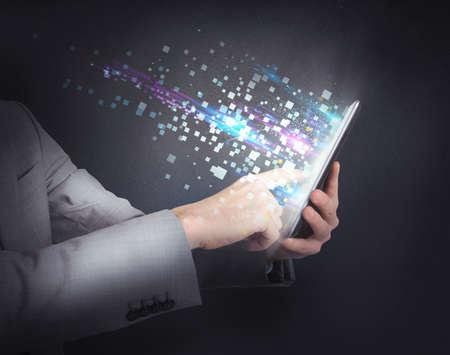 태블릿과 인터넷을 서핑 사업가