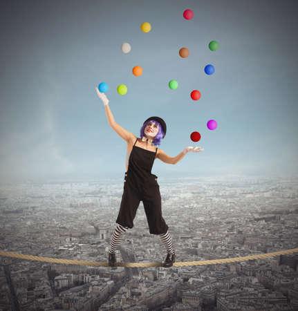 concepto equilibrio: Payaso malabarista como es el equilibrio en la cuerda Foto de archivo