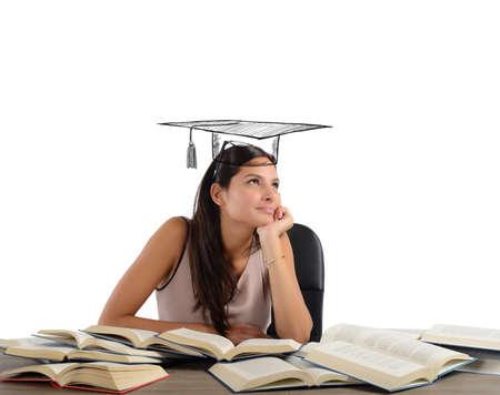 graduacion de universidad: Joven estudiante entre los libros sueña la graduación