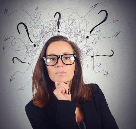 interrogativa: Empresaria Manager analiza el trabajo de los empleados