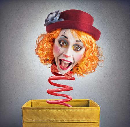 Strange grappige magische doos clown met veer Stockfoto