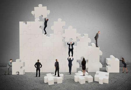 Business team werken om een puzzel op te bouwen Stockfoto