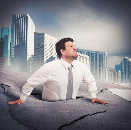 Uomo d'affari che affonda nella disperazione del fallimento aziendale