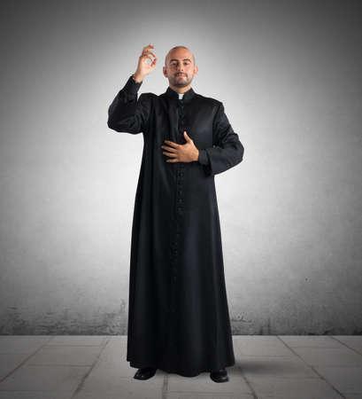 sotana: Sacerdote es una bendici�n para los fieles