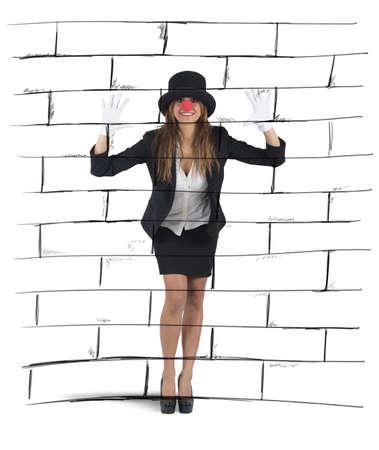 mimo: Empresaria juega a imitar imaginando una pared