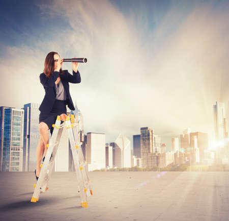 Empresaria emprendedora en busca de nuevas metas de trabajo Foto de archivo