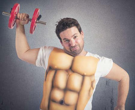 hombre fuerte: Hombre gordo Ir�nico hace gimnasio con abs