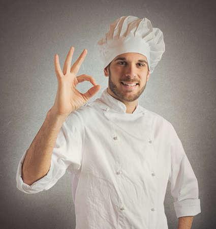 promotes: El chef, confiable y experto promueve su cocina