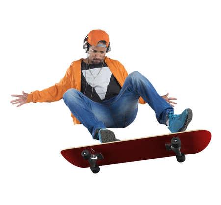 ni�o en patines: Ni�o de la calle haciendo acrobacias con su skate