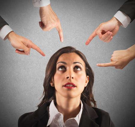 desconfianza: Empresaria culpado injustamente por sus compa�eros de trabajo