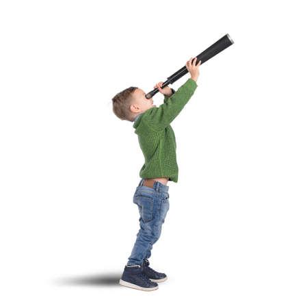 Dítě hraje zkoumat a objevovat s dalekohledem Reklamní fotografie