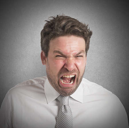 desperate: Hombre enojado grita en voz alta por su fracaso Foto de archivo