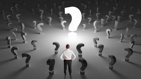 interrogativa: Hombre de negocios preocupante con muchas preguntas sin respuesta de trabajo