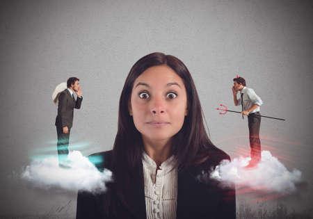 teufel und engel: Unentschlossen Frau hört Vorschläge schlecht und gut