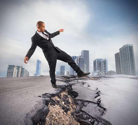 Hombre de negocios tratando de superar una ruptura crisis Foto de archivo - 38666330