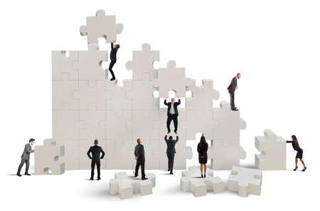 team working: Business team di lavoro per costruire un puzzle Archivio Fotografico