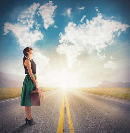 mujer con maleta: Mujer ve en las nubes su próximo destino