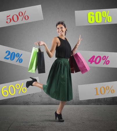 쾌활한 소녀가 판매와 쇼핑에 간다.