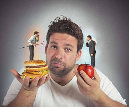 hombre preocupado: Hombre en dieta con una conciencia culpable Foto de archivo