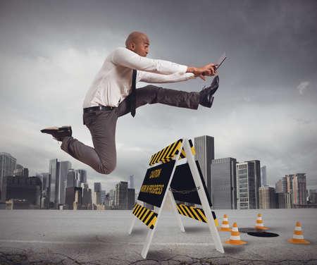 Hombre de negocios distraído tratando de superar un peligro Foto de archivo - 38719177