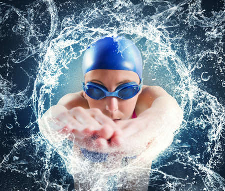 Femme nageur dans une course importante de la piscine Banque d'images
