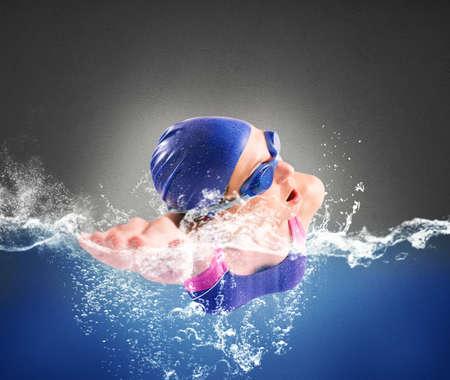 nadar: La muchacha nada en la piscina de estilo libre