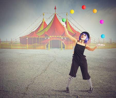 payaso: Bufón payaso delante de la tienda de circo