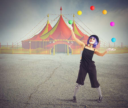 Jester clown in de voorkant van de circustent Stockfoto