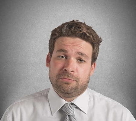 desconfianza: Empresario molesto y estresado en el trabajo