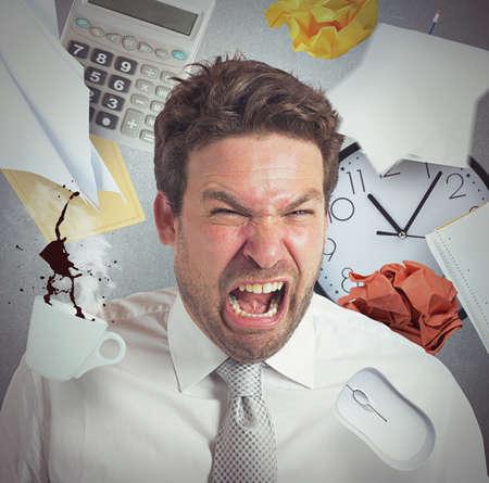 enojo: El hombre de negocios estresado y enojado de la sobrecarga de trabajo