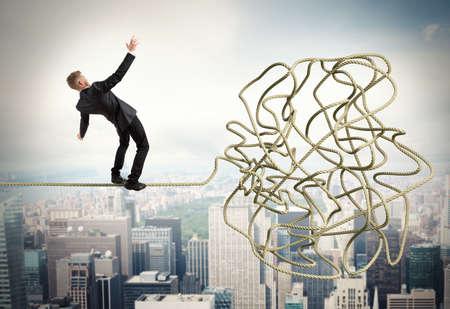 confundido: Hombre de negocios tratando de resolver un problema confuso