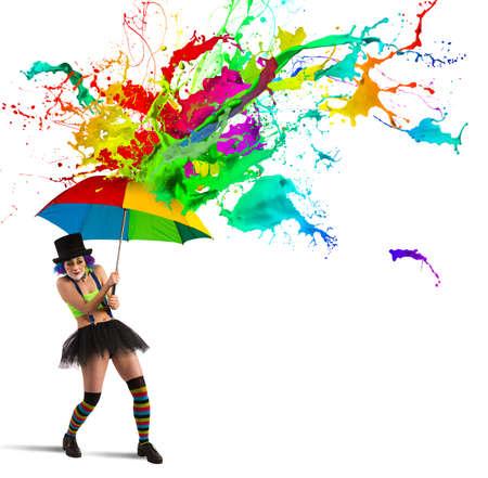 Clown wordt gerepareerd door een kleurrijke regen Stockfoto