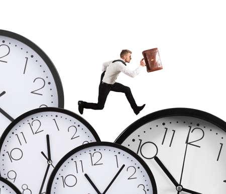 competencia: El hombre de negocios se ejecuta sobrecarga de trabajo siempre llega tarde