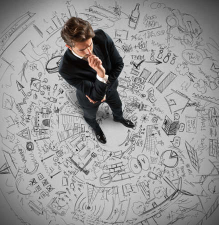 interrogativa: El hombre de negocios pensando en los planes y proyectos de futuro