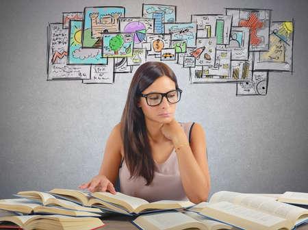aprendizaje: Muchacha que estudia todas las materias académicas para el examen
