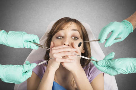 dentisterie: Fille effrayée par les dentistes se couvre la bouche