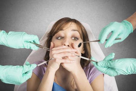 higiene: Niña asustada por dentistas cubre la boca