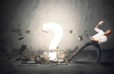 interrogativa: Empresario asustado por un gran punto pregunta Foto de archivo