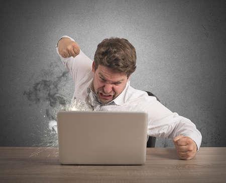 스트레스 사업가 펀치와 컴퓨터를 나누기