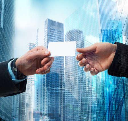 negócio: Passagem de cartão de visita entre pessoa de negócios
